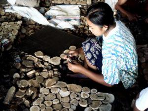 Joe Sayegh s'associe aux artisans locaux pour retravailler le bois inutilisé
